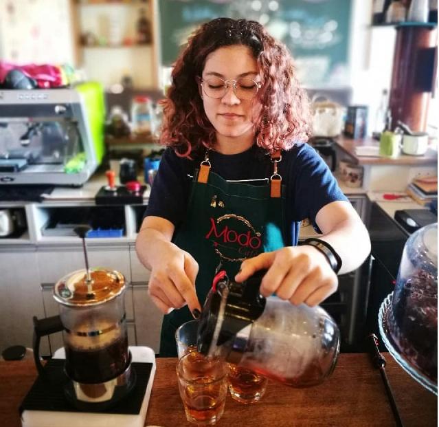 Ann Le Grand faz uma infusão de cereja do café no Modo Café, San Isidro, Peru.
