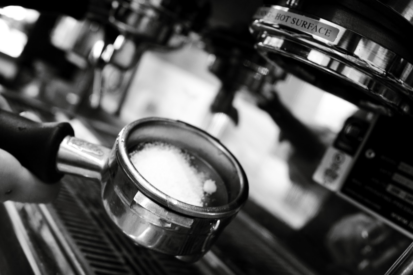 portafiltro con cafe listo para extraer espressos