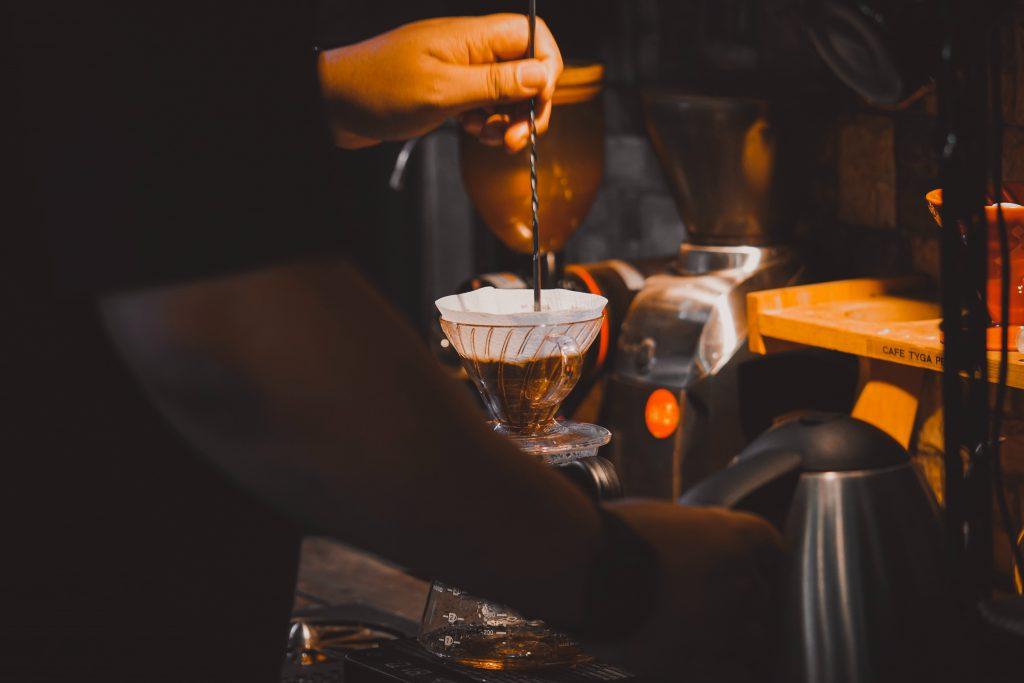 barista preparando un café usando una v60