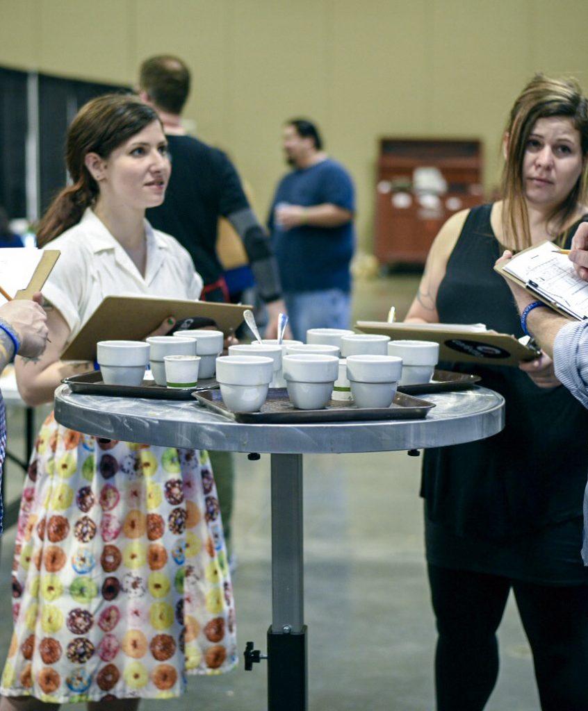 mujeres catando cafe en una feria cafetera