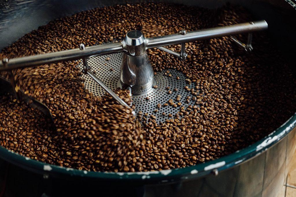 algunos granos de cafe aun en la tostadora