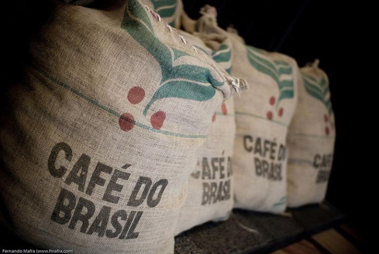 Sacas de café em uma bolsa de café no Brasil.