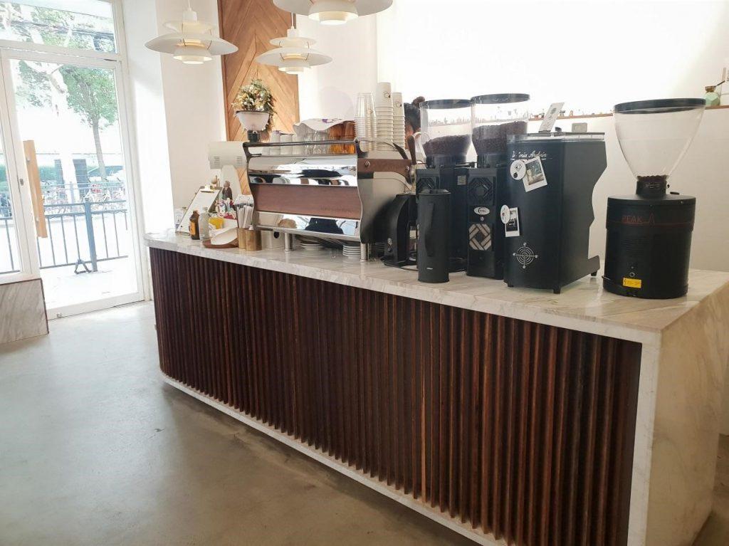 una barra de cafe con molino
