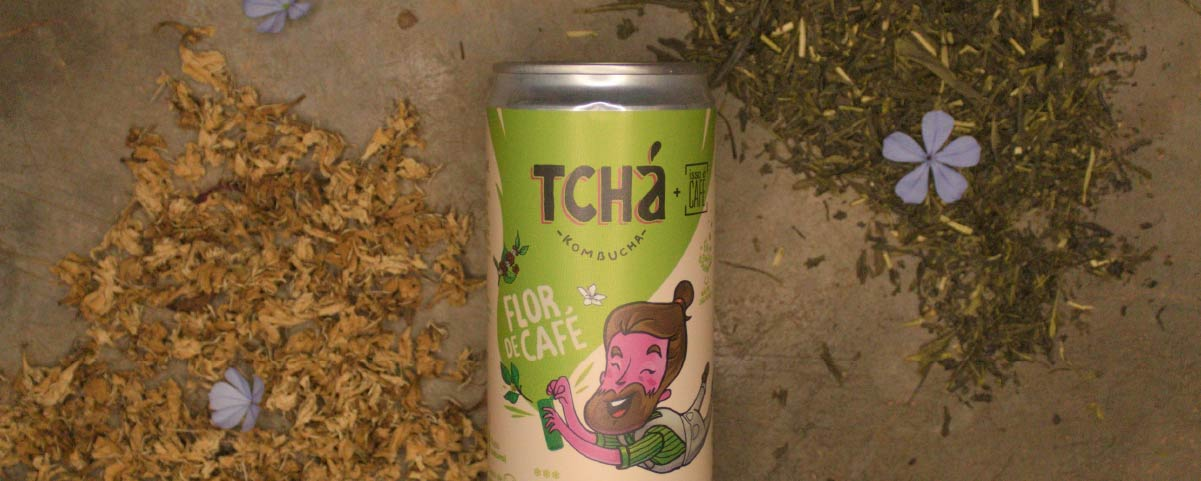 A can of Tchá kombucha in a wooden background