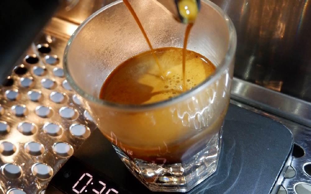 extraindo café espresso