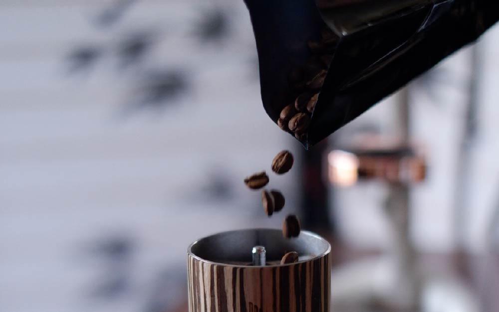 colocando café no moedor