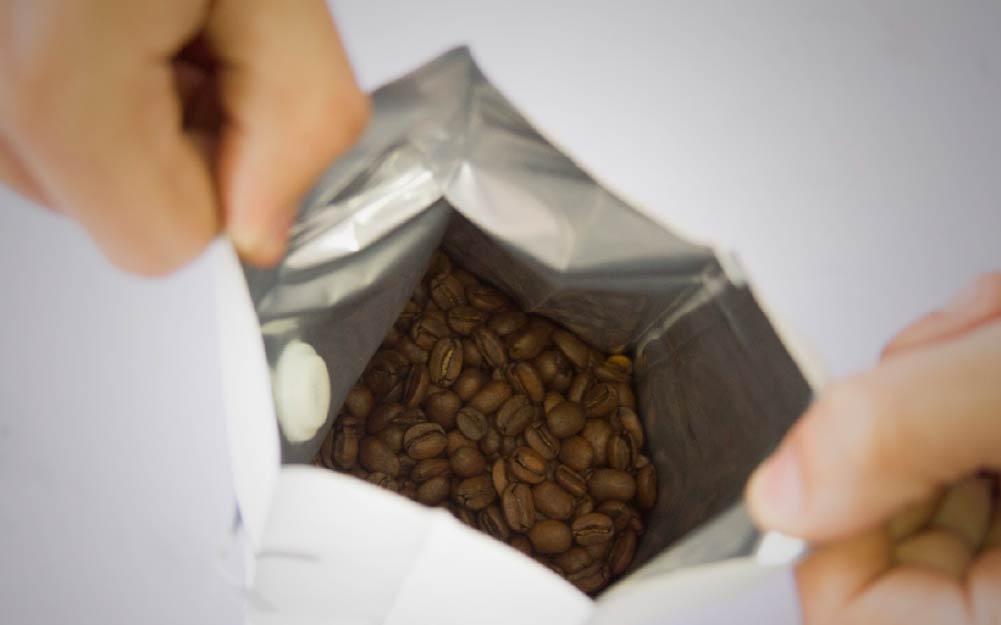 café em grãos dentro da embalagem