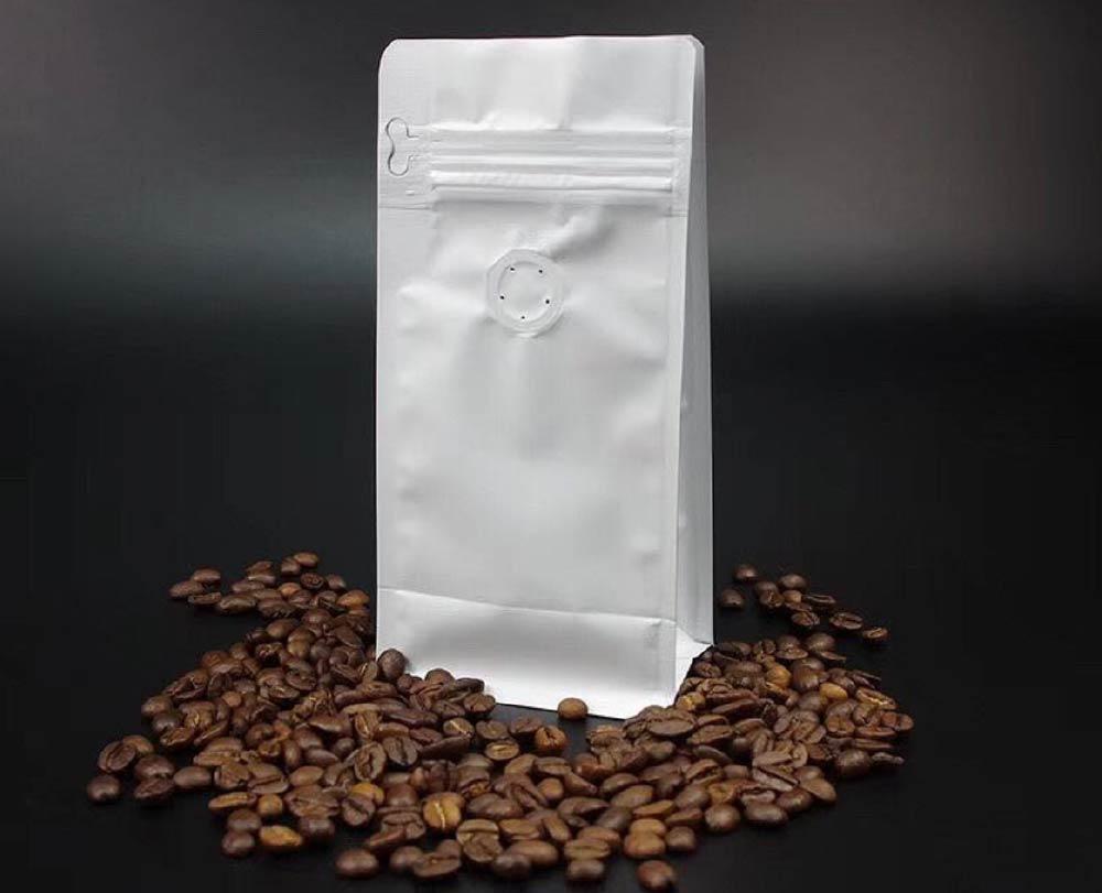 um pacote de café com café em volta