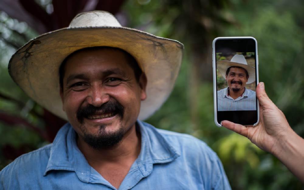 A person visiting a coffee farm in Salvador, PDG Español
