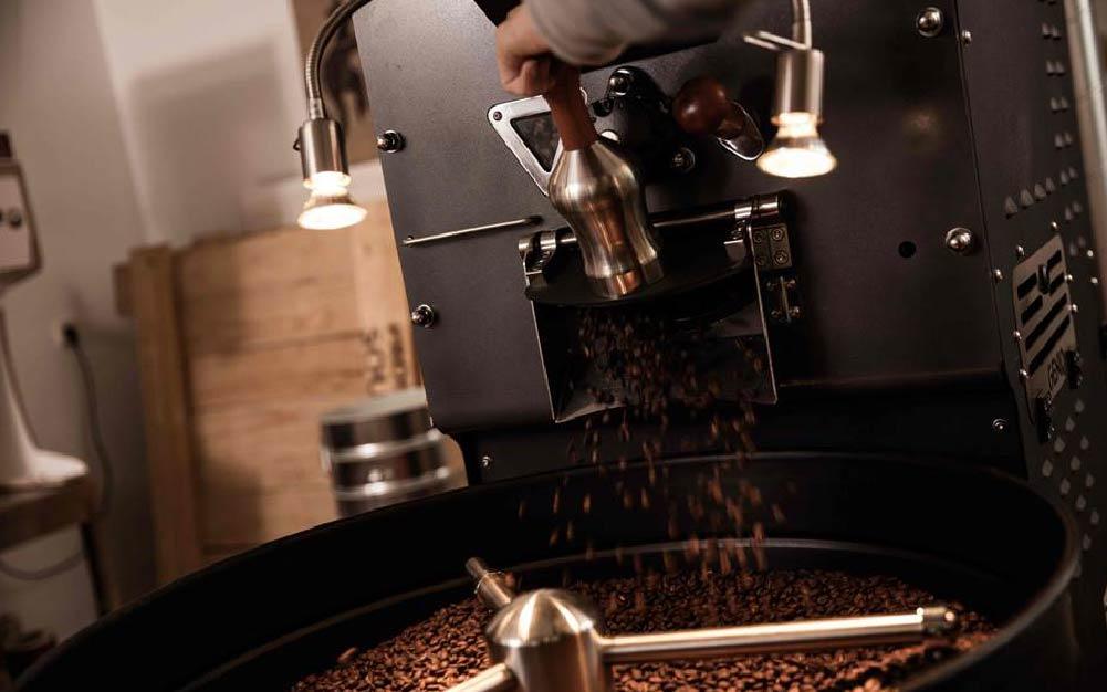 café torrado saindo do torrador médio