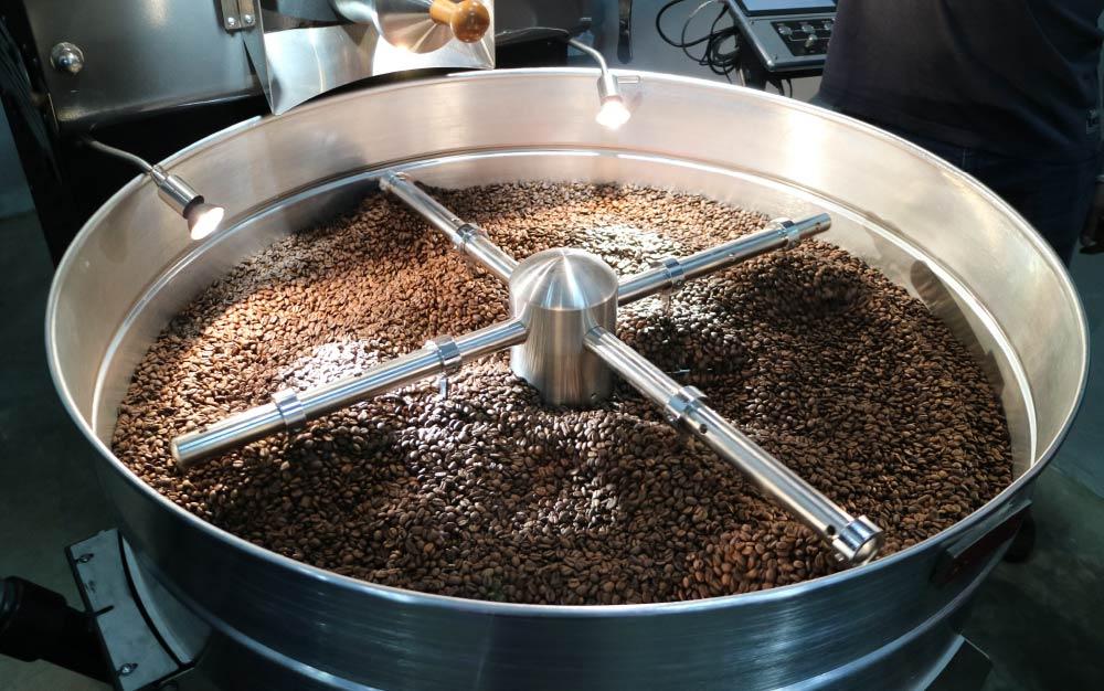 Bandeja de um torrador médio com café recém-torrado