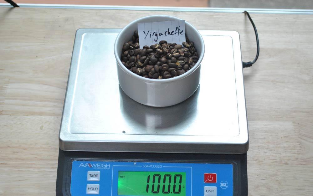 Pesando café torrado numa balança