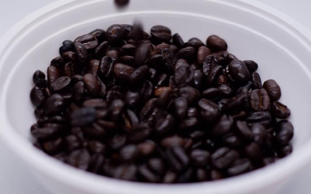 café torrado escuro após erro de torra