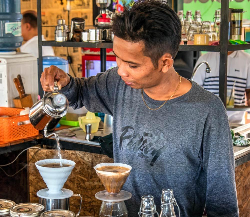 preparación manual de café en Indonesia